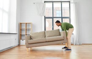 Man lyfter soffa
