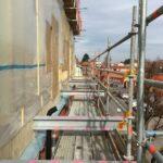 Byggnadsställning på fasad