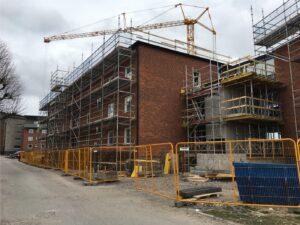 Byggnadsställningar på fasad