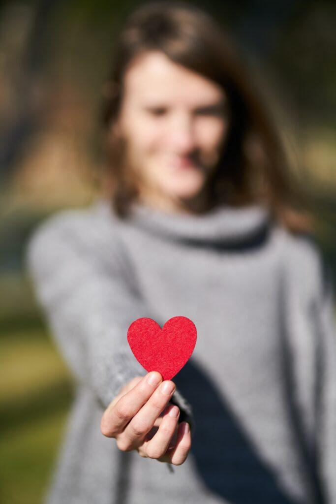 Kvinna som håller ett hjärta