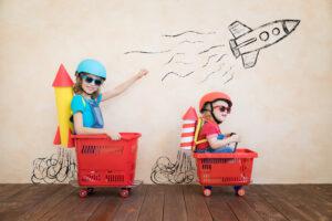 Barn som åker raket i kundkorg